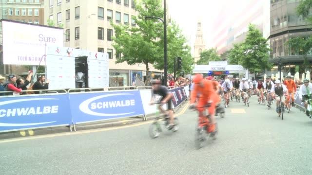 stockvideo's en b-roll-footage met folding bike race takes place in london; england: london: ext general views beginning of folding bike race as contestants run to unfold bikes... - spelkandidaat