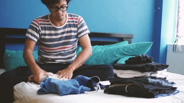 vikbar tvätt på sängen 4k stock video - tvätt bildbanksvideor och videomaterial från bakom kulisserna