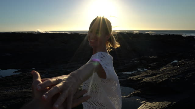 Folgen Sie mir Konzept-junge Frau Sonnenuntergang am Meer