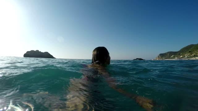 vídeos de stock, filmes e b-roll de siga-me no mar - natação