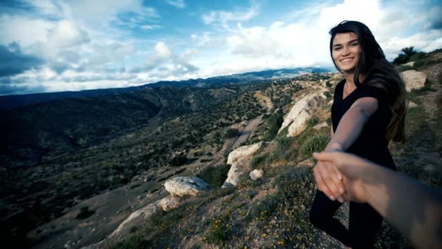 vidéos et rushes de suivez-moi à un sentier de montagne - suivre activité avec mouvement