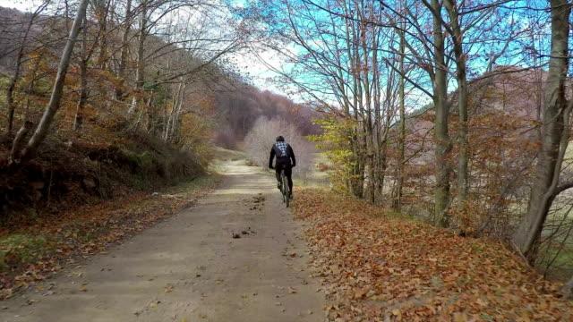 vídeos y material grabado en eventos de stock de pov - sígueme. - ciclismo de montaña
