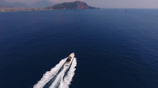 stockvideo's en b-roll-footage met volg speed boat at on. drone-luchtweergave - jacht