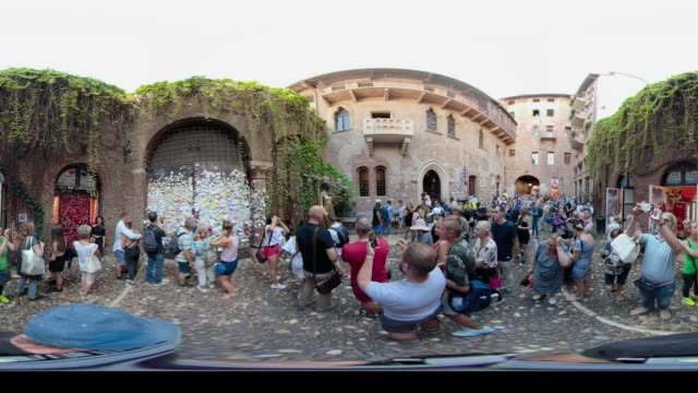 360 vr / follower in casa di giulietta in julias home in verona - 360 video stock videos & royalty-free footage