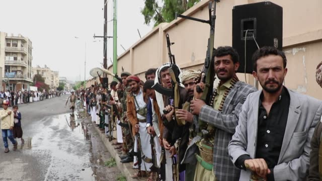 followers of the houthis group take part in a tribal gathering against the saudi-led coalition war on yemen on july 06, 2020 in sana'a, yemen. - 武器庫点の映像素材/bロール