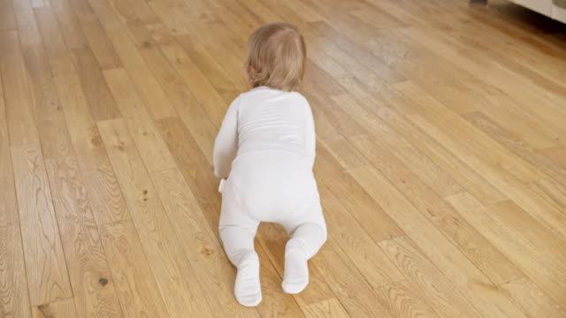 slo-mo nach ein baby über den boden kriechen - krabbeln stock-videos und b-roll-filmmaterial