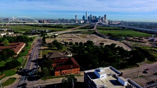 Antenne: Anschluss eines Wagens auf städtischen Straßen Dallas Texas Stadtlandschaft Stadtlandschaft