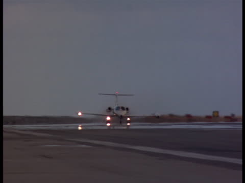 vidéos et rushes de following a lear jet taking-off from a small runway beside a lake. - piste d'envol