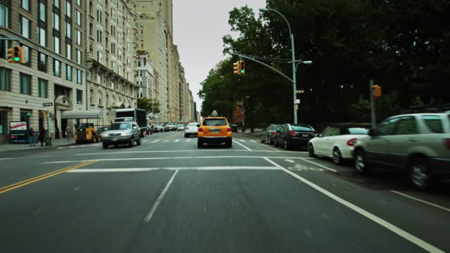 vidéos et rushes de following a nyc taxi along central park west - destination de voyage