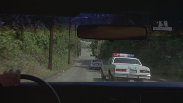 vidéos et rushes de pov following a police car during a high speed chase. - poursuivre
