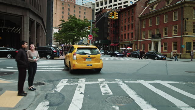 vídeos de stock, filmes e b-roll de following a taxi through lower manhattan - estacionário