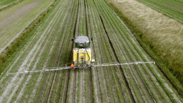 次のフィールドを散布トラクター空中 - トラクター点の映像素材/bロール