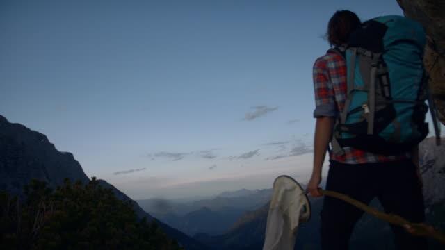 following behind a young female hiker on the side of a mountain - endast unga kvinnor bildbanksvideor och videomaterial från bakom kulisserna