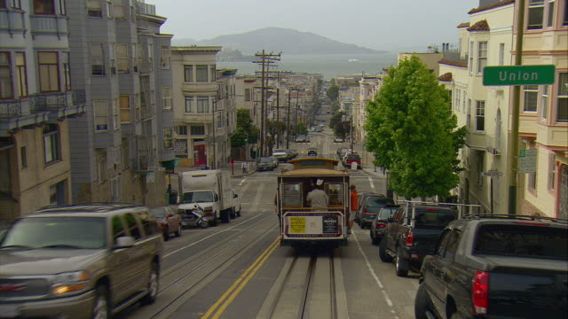 vidéos et rushes de pov following cable car down mason street toward san francisco bay, san francisco, california, usa - tramway