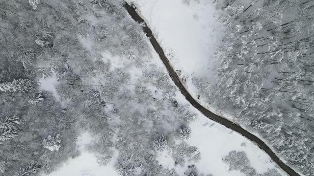stockvideo's en b-roll-footage met na country road in de winter van direct boven - vork