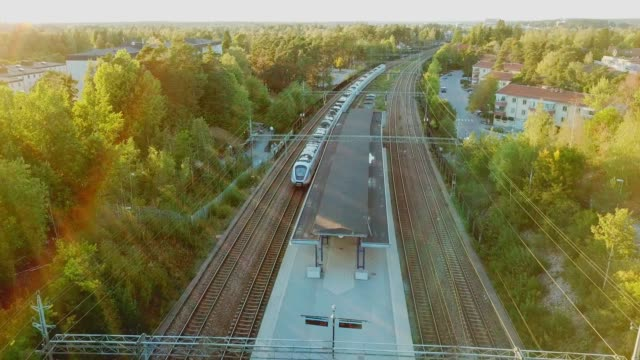stockvideo's en b-roll-footage met volgende vertrekkende trein in zonsondergang, treinstation helenelund, sollentuna, stockholm - train vehicle