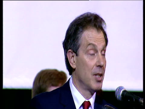 following general election prime minister tony blair makes speech at his constituency about winning second term in power sedgefield 08 june 01 - collegio elettorale video stock e b–roll