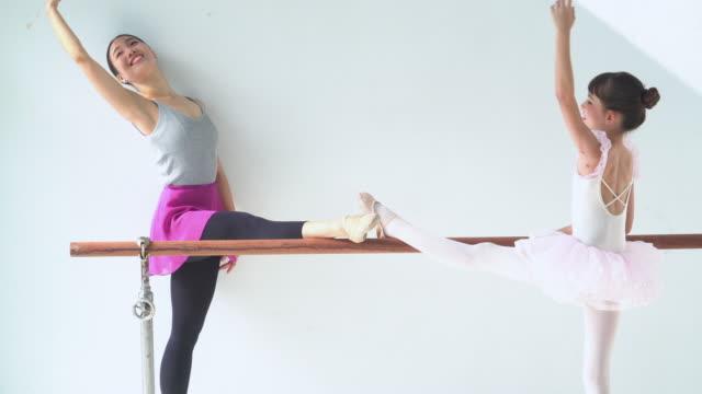 vidéos et rushes de me suivant mon étudiant ballerine, professeur montrer le geste de ballet à l'élève - élève du primaire