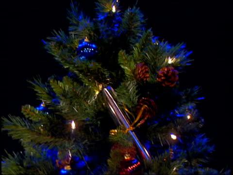 following seq has music overlaid cmss decorated christmas tree - ordförande bildbanksvideor och videomaterial från bakom kulisserna