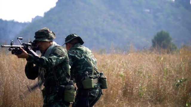 nach seitenansicht: gesicht voll ausgestattet und bewaffnete soldaten ist anwesend in wiese - öffentlicher auftritt stock-videos und b-roll-filmmaterial