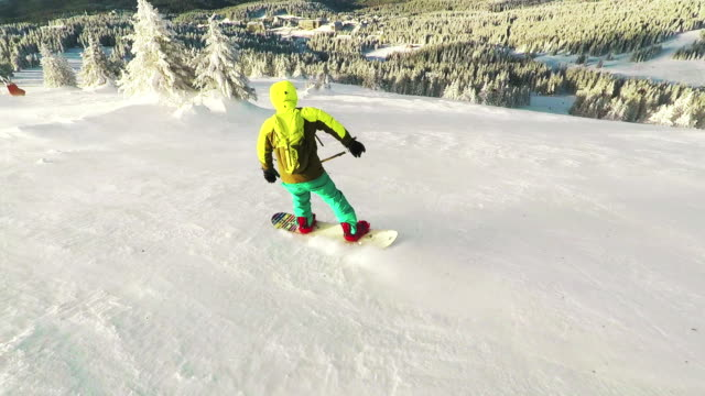 following snowboarder downhill - protezione video stock e b–roll