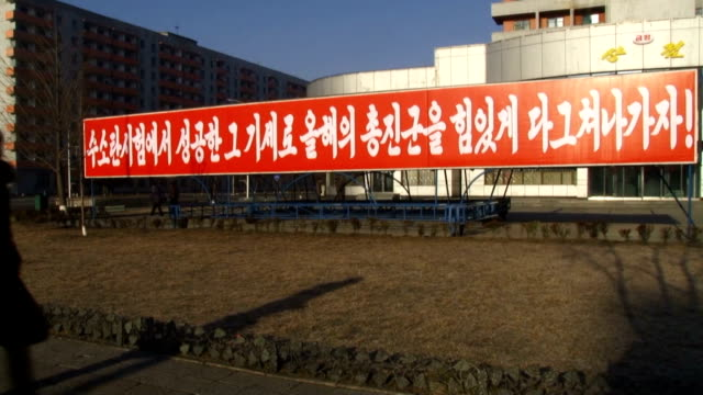 following the announcement by the north korean government on january 6 that it tested a hydrogen bomb slogans carrying the name of the bomb have been... - massenvernichtungswaffe stock-videos und b-roll-filmmaterial