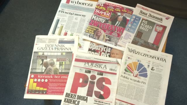 vídeos de stock e filmes b-roll de following the polish parliamentary elections won by the pis according to almost definitive results the daily newspaper headlines talk about jaroslaw... - polónia