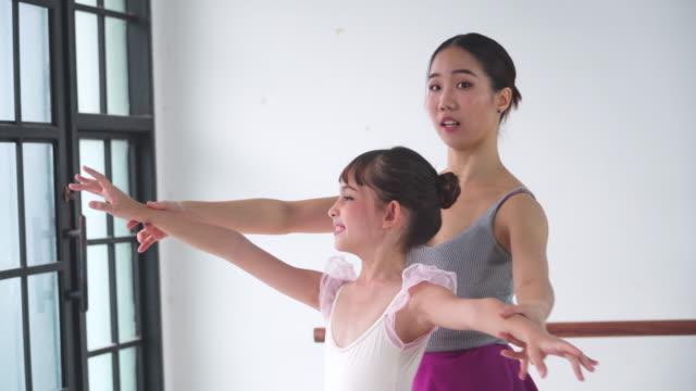 vídeos de stock, filmes e b-roll de seguinte visão: professor ensinando bailarina estudante - professor