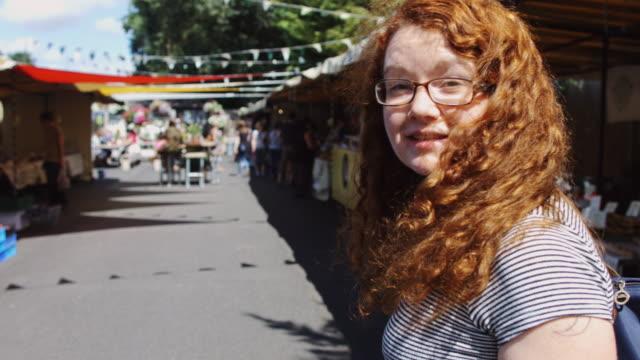 Följande kvinna genom Farmers Market