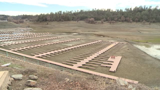 folsom lake empties amid long dry spell leaving lake bed exposed and docks grounded / water supplies dwindle without rain or snowmelt - dürre stock-videos und b-roll-filmmaterial