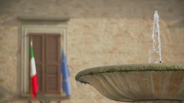 fontana con arrivo piccione in slowmotion - bandiera nazionale video stock e b–roll
