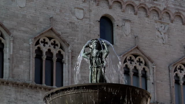 fontana maggiore and priori palace - perugia stock videos & royalty-free footage