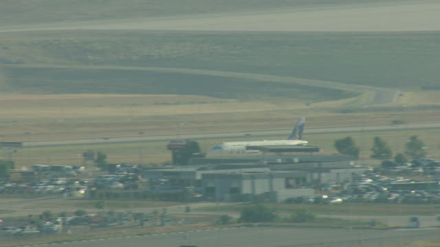 stockvideo's en b-roll-footage met ms zo aerial fontier airplane moving fast on runway and taking off into air at denver international airport / denver, colorado, united states - dia