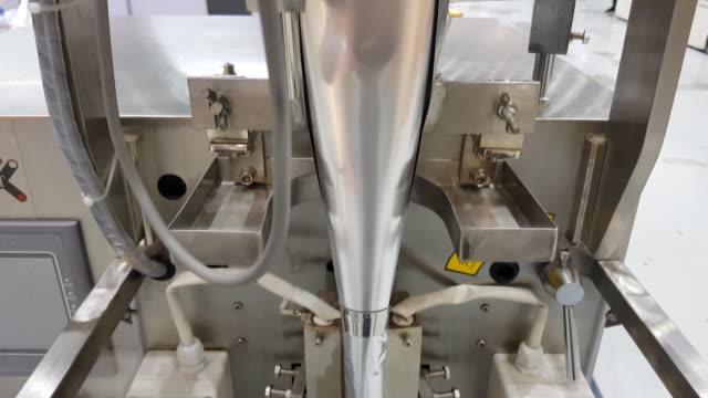 vidéos et rushes de remplissage de papier aluminium alimentaire traitement en usine, machine moderne pour l'emballage solide en usine - conditionnement