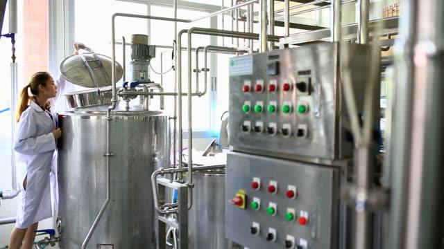 livsmedels- och farmaceutisk teknologi - läkemedelsfabrik bildbanksvideor och videomaterial från bakom kulisserna
