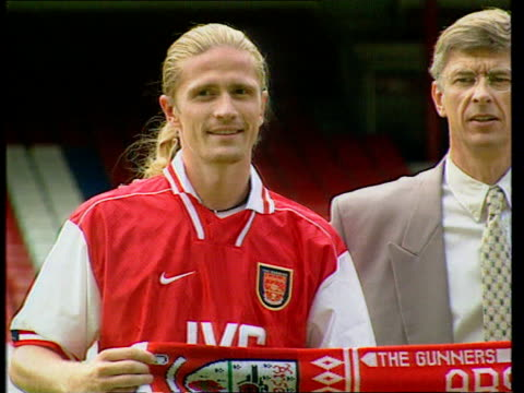 lib ext arsene wenger posing with summer signings emmanuel petit and marc overmars - アーセン・ベンゲル点の映像素材/bロール