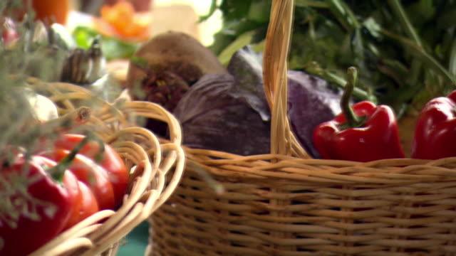 vídeos de stock, filmes e b-roll de food basket - orgânico