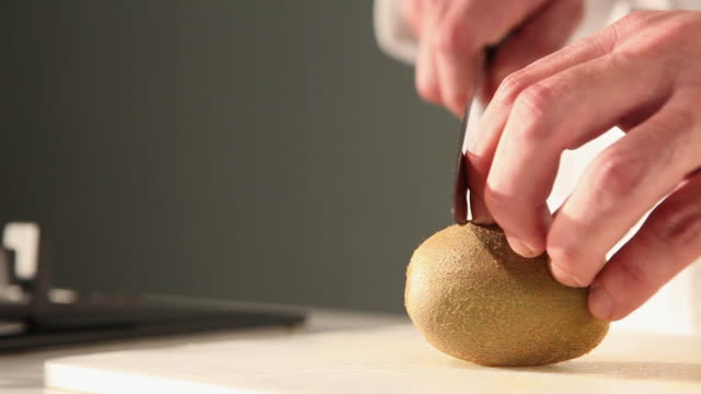ms food chef chopping kiwi / sao paulo, brazil - 断面点の映像素材/bロール