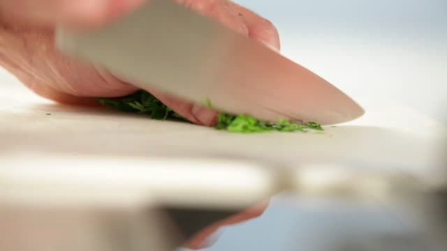 ms food chef chopping parsley / sao paulo, brazil - parsley 個影片檔及 b 捲影像
