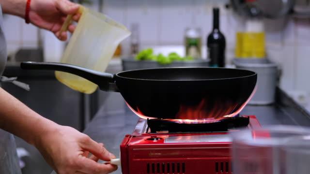 vidéos et rushes de food cinemagraphs: chef cooking - cinémagraphie