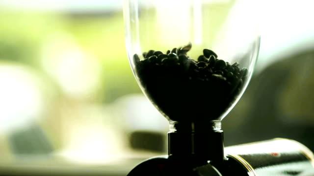 vidéos et rushes de nourriture gallery: versant des grains de café dans un moulin à café. - graine