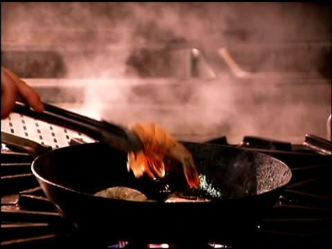 food cooking on skillet - einzelne frau über 30 stock-videos und b-roll-filmmaterial
