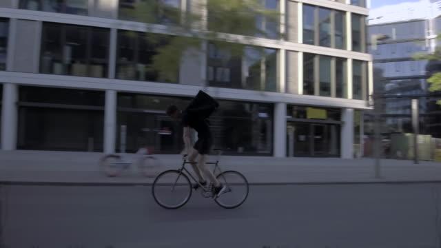 ビジネス地区を介して乗って食品宅配便 - 配達員点の映像素材/bロール