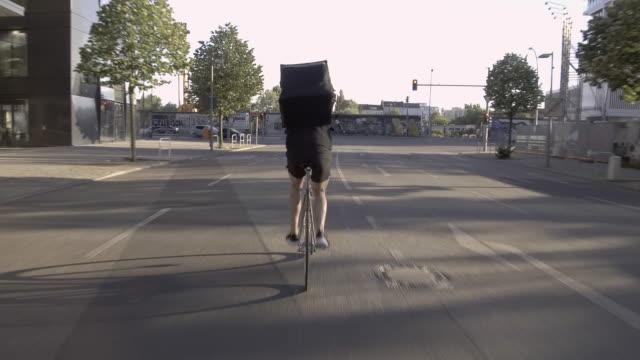 街を駆け抜け食品宅配便 - 配達員点の映像素材/bロール