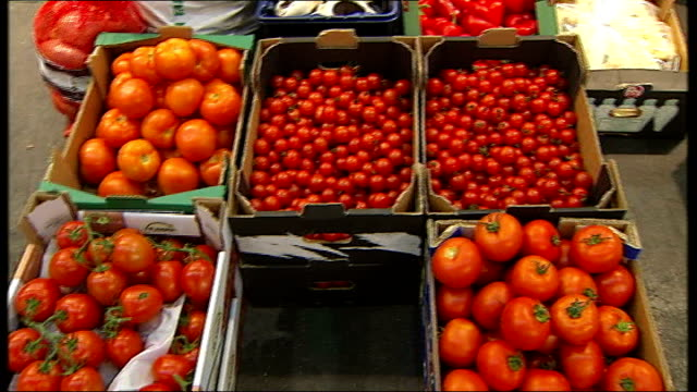 vídeos de stock e filmes b-roll de gvs in new covent garden market; boxes of tomatoes boxes of fruit and vegetables on display close shots of red and yellow chilli peppers close shot... - lichia