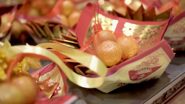 神中国人に敬意を払うための食べ物。 - 懺悔点の映像素材/bロール