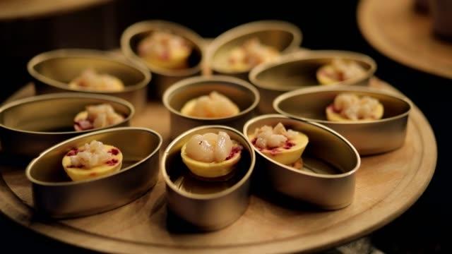 vidéos et rushes de nourriture de la table de restauration, apéritif délicieux dans le buffet de l'hôtel de luxe, préparation des fruits de mer bbq pour le gril, corncob - en cas