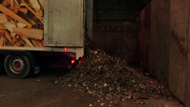 food, garden and other waste is emptied from a lorry at a composting centre, uk. - entladen stock-videos und b-roll-filmmaterial