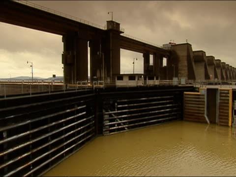 food gate in canal lock - chiusa di fiume video stock e b–roll