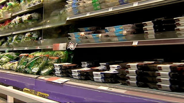 vidéos et rushes de growth in sales of superfoods england central london sainsbury's int packs of salad leaves on display in supermarket vox pops shoppers sot back view... - antioxydant